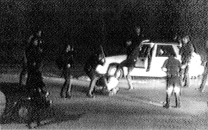 Le 3 mars 1991, des images filmées de la chaîne de télévision locale KTLA montrent des officiers de police passant à tabac Rodney King, un automobiliste en excès de vitesse.