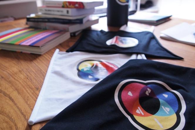 Le code Color ADD déployé sur des chutes de tissus pour des prototypes de t-shirts.