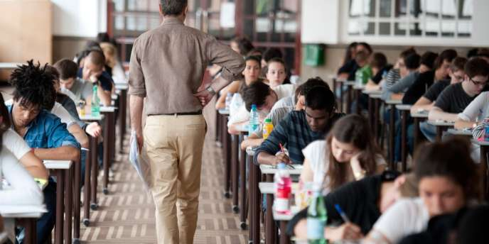 Un examinateur passant parmi les élèves de terminale lors de l'épreuve de philosophie du baccalauréat 2011, au lycée Camille-Sée à Paris.