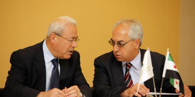 Le nouveau président du Conseil national syrien Abdelasset Sida avec son prédécesseur Burhan Ghaioun, à Istanbul, le 10 juin.