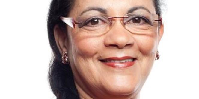 Professeur d'économie de 58 ans,  Kheira Bouziane est née à Oran, en Algérie.