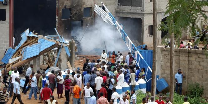 La population se réunit devant une église de Kaduna, dans le nord du Nigeria, détruite dans un attentat dimanche 17 juin.