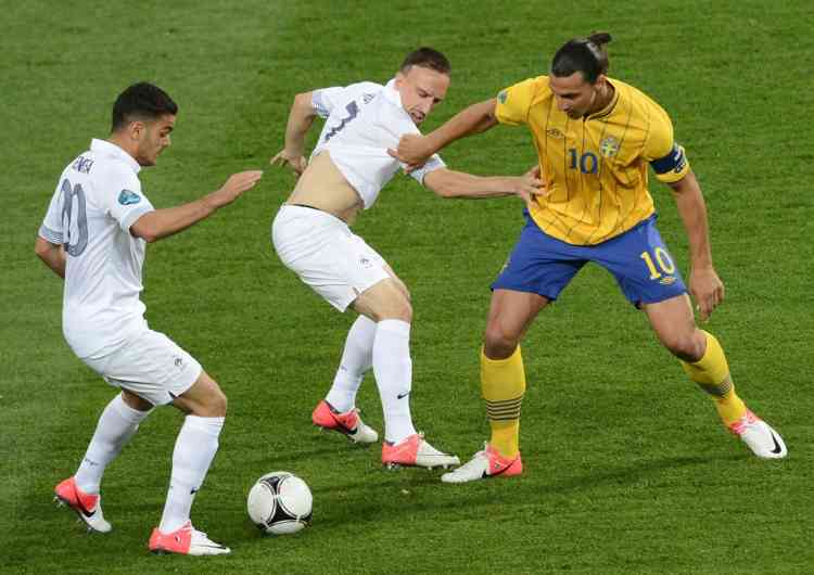 Swedish forward Zlatan Ibrahimovic (r) vies with French midfielder Franck Ribery (c) and French midfielder Hatem Ben Arfa during the Euro 2012 football championships match Sweden vs France on June 19, 2012 at the Olympic Stadium in Kiev. AFP PHOTO / JONATHAN NACKSTRAND