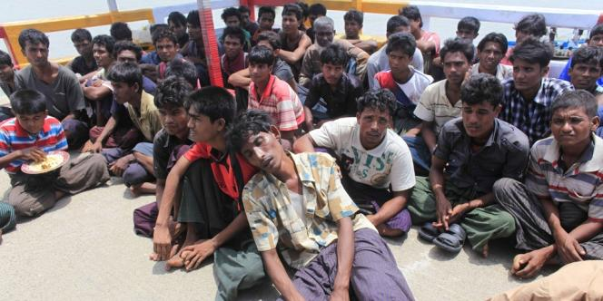Des Rohingyas arrêtés à la frontière du Bangladesh, le 18 juin, après avoir fui les violences interconfessionnelles.