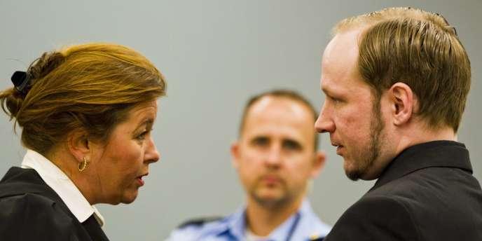 Ander Berhing Breivik s'entretient avec l'avocate Vibeke Hein Baera, l'un de ses défenseurs, le 18 juin à Oslo.