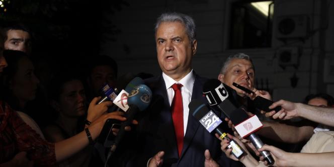 L'ancien premier ministre roumain Adrian Nastase à sa sortie du tribunal le 13 juin.