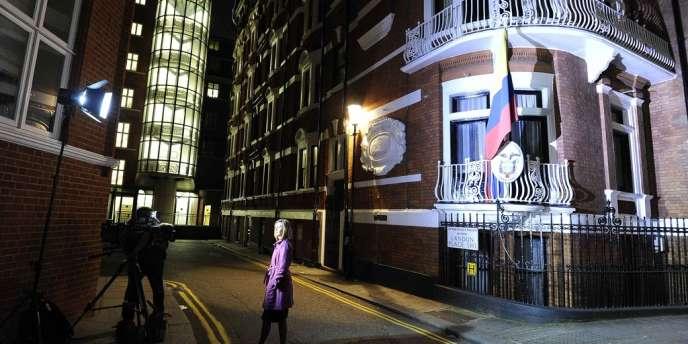 Devant l'ambassade équatorienne à Londres, mardi 19 juin.
