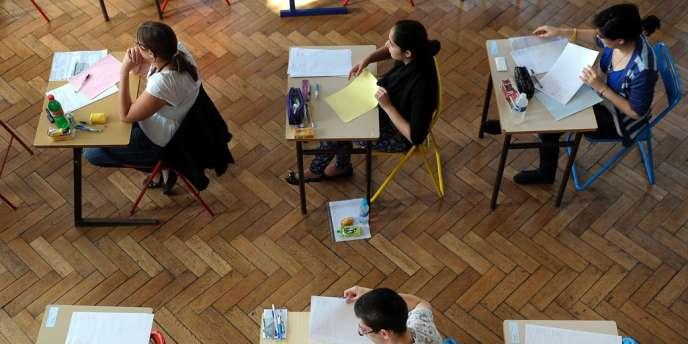 Une surveillante avait surpris le professeur en train de remettre quelque chose au jeune homme lors de l'épreuve de mercatique (marketing).