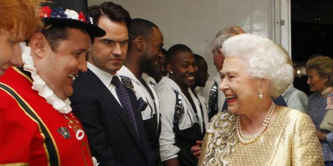 En un tour de main - force de l'expérience - la reine épinglera les heureux élus.