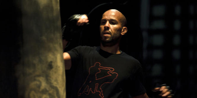 Le chorégraphe Mourad Merzouki lors d'un échauffement avant la représentation de