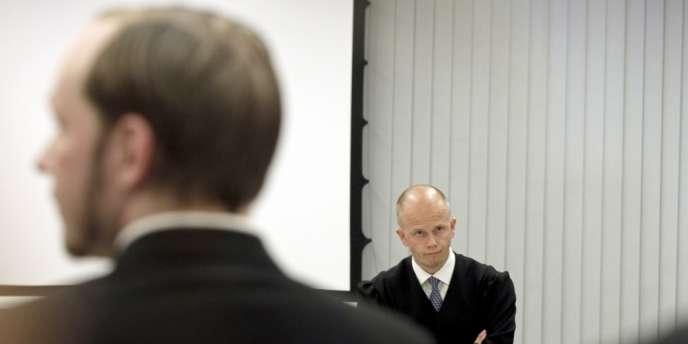 Le procureur Svein Holden fait face à Anders Behring Breivik, le 21 juin.