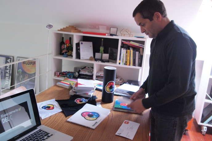 Miguel Neiva, dans son atelier de Porto. Sur la table, une lettre est arrivée timbrée des symboles ColorADD.