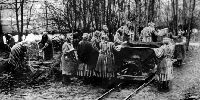Des prisonnières du camps de concentration de Ravensbrück, où plus de 130 000 femmes et enfants furent déportés.