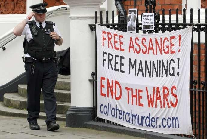 Messages de soutien à Julian Assange devant l'ambassade d'Equateur, à Londres, le 21 juin 2012.