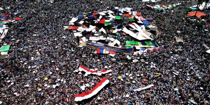 Des milliers de partisans des Frères musulmans se sont réunis sur la place Tahrir le 22 juin pour dénoncer la mainmise de l'armée sur le pouvoir.