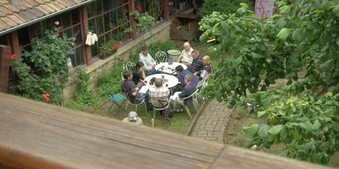 Vue depuis la passerelle du café philo qui se tient dans le jardin du cloître.
