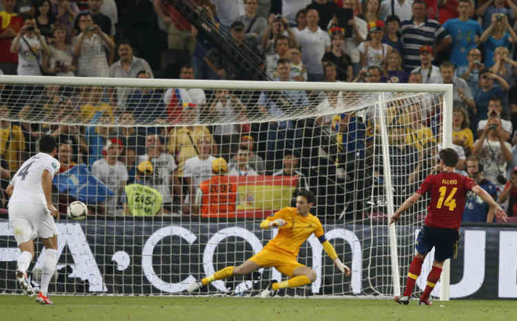 Spain's Xabi Alonso scores a goal from penalty kick against France during their Euro 2012 quarter-final soccer match at Donbass Arena in Donetsk, June 23, 2012.             REUTERS/Michael Buholzer (UKRAINE  - Tags: SPORT SOCCER)