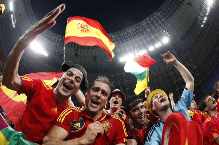 Fans of Spain celebrate at the end of their Euro 2012 quarter-final soccer match against France at Donbass Arena in Donetsk June 23, 2012.     REUTERS/Michael Buholzer (UKRAINE  - Tags: SPORT SOCCER)