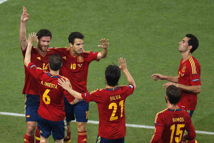 Spain's Xabi Alonso (L) celebrates with team mates after scoring a goal against France during their Euro 2012 quarter-final soccer match at the Donbass Arena in Donetsk, June 23, 2012.   REUTERS/Yves Herman (UKRAINE  - Tags: SPORT SOCCER)