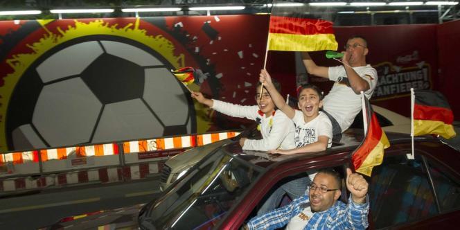 Des supporters allemands, ici à Berlin, célèbrent la victoire de
