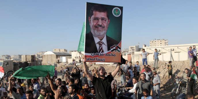 Des Palestiniens célèbrent la victoire de Mohamed Morsi à Rafah, bande de Gaza.