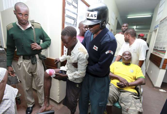 Des blessés arrivent à l'hôpital de Mombasa, après l'attentat contre un bar de la ville.