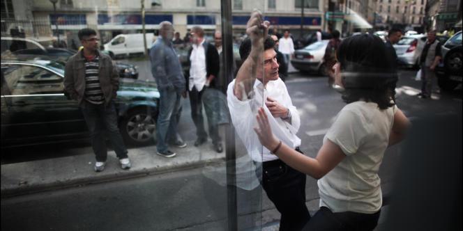 Pascal Durand succède à Cécile Duflot (de dos) à la tête d'EELV, après un vote lors du conseil fédéral, le 23 juin à Paris.