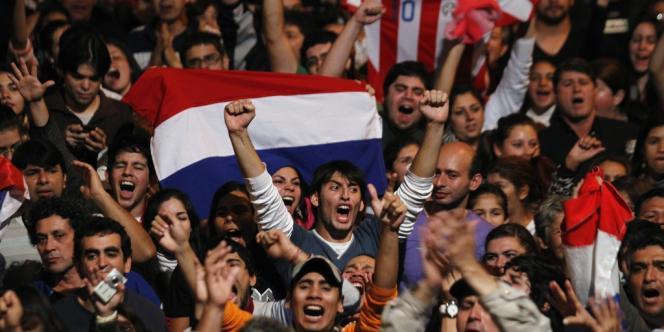 Des manifestants s'opposent à la nomination du nouveau président du Paraguay, Federico Franco, le 24 juin 2012 à Asuncion, capitale du Paraguay.