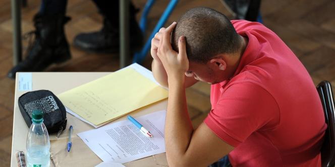 Un lycéen se prend la tête sur le sujet de philosophie du bac 2012, le 18 juin à Strasbourg.