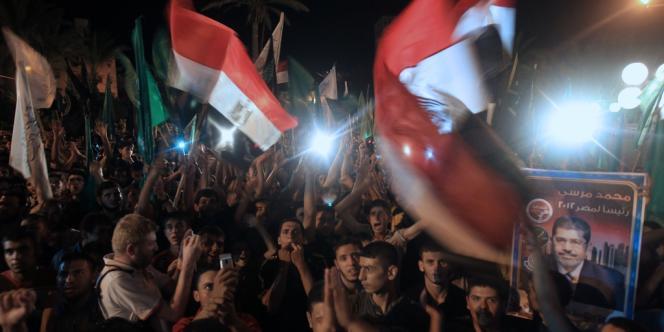 Des Palestiniens célèbrent la victoire de Mohamed Morsi à la présidentielle égyptienne, le 24 juin à Gaza.