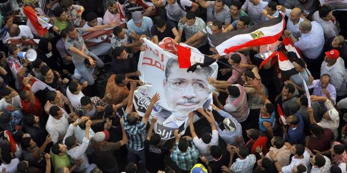 Les partisans de Mohammed Morsi célèbrent la victoire du candidat des Frères musulmans à l'élection présidentielle égyptienne, le 24 juin, place Tahrir, au Caire.