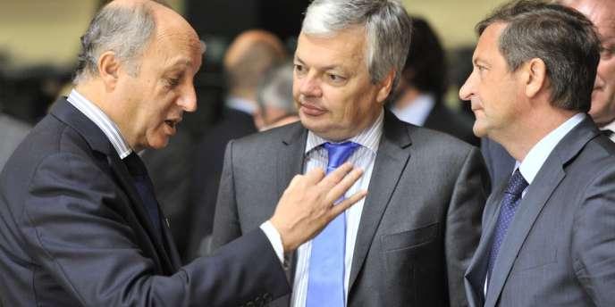 Le ministre français des affaires étrangères, Laurent Fabius, débat avec ses homologues belge et slovène, à Luxembourg, le 25 juin, lors du conseil européen des affaires étrangères.