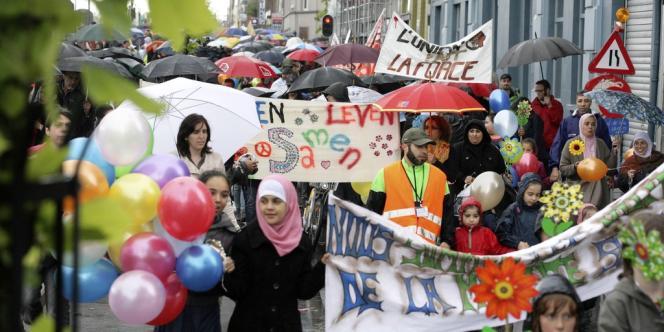 Marche pour le vivre-ensemble des habitants du quartier Molenbeek-Saint-Jean à Bruxelles le 24 juin, où une cellule de recrutement de djihadistes a été démantelée.