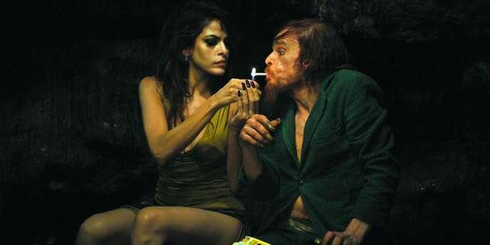 Eva Mendes et Denis Lavant dans le film français de Leos Carax,