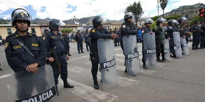 La police antiémeute est déployée à Cajamarca, dans le nord du Pérou, le 29 mai, alors que des milliers de manifestant  protestent contre les projets miniers du géant américain Newmont.