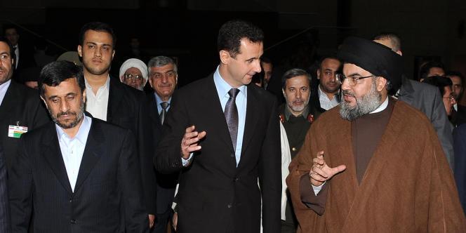 Le président iranien, Mahmoud Ahmadinejad (à gauche), son homologue syrien, Bachar Al-Assad (au centre), et le chef du Hezbollah, Hassan Nasrallah, arrivent à un dîner officiel à Damas, le 25 février 2010.