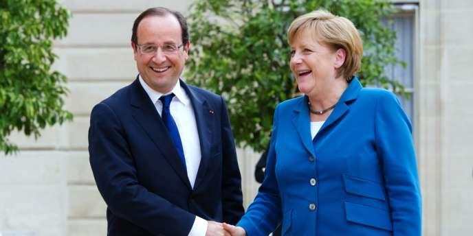François Hollande et Angela Merkel, dans la cour de l'Elysée, le 27 juin.