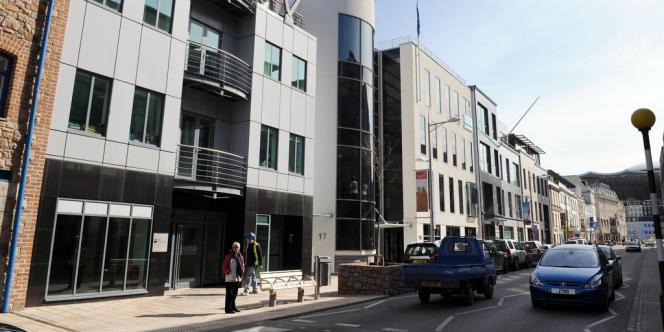 Le statut de paradis fiscal de Jersey, qui attire de riches particuliers et des entreprises internationales, est devenu l'objet d'une attention particulière de la part du gouvernement britannique.