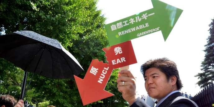 Des opposants japonais au nucléaire ont manifesté devant le bâtiment où se tenait l'assemblée générale de Tepco, le 27 juin.