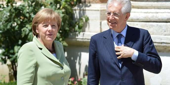 Le président du conseil italien Marion Monti aux côtés de la chancelière allemande Angela Merkel,  à Rome, le 22 juin.