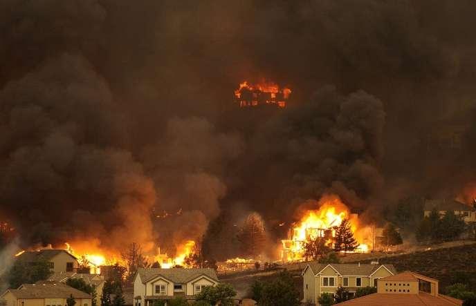 Mardi, l'incendie progresse sur les collines de Colorado Springs.