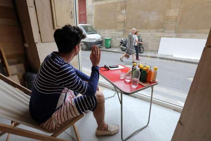 Organisé dans la vitrine d'une galerie parisienne, l'évènement doit durer 60 heures.
