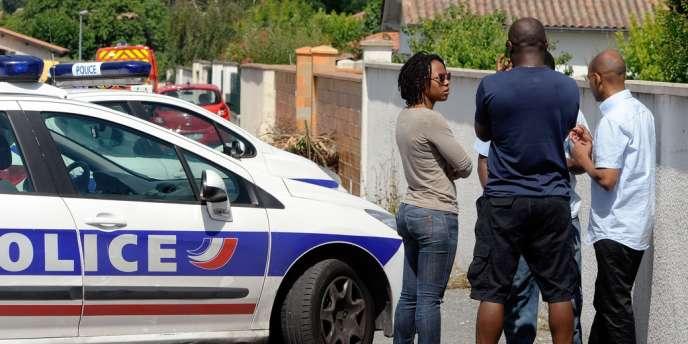 Des proches des deux enfants patientent dans l'impasse menant à la maison d'Eysines où les corps d'Erane et Andy ont été découverts, le 26 juin 2012 dans une piscine.