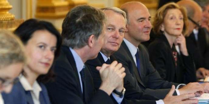 Le premier ministre Jean-Marc Ayrault entouré de ses ministres, lors du conseil des ministres le 27 juin.