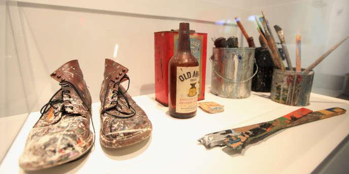 Les boots portées par Ed Harris dans Pollock. L'exposition met en lumière son obsession pour le travail d'interprétation du personnage.