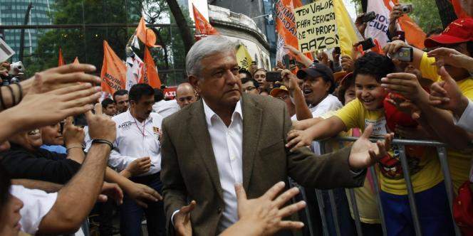 Andres Manuel Lopez Obrador, le candidat de la coalition conduite par le PRD (gauche), parmi ses supporteurs, à Mexico, le 27 juin.