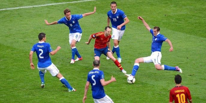 Andres Iniesta face aux joueurs italiens.