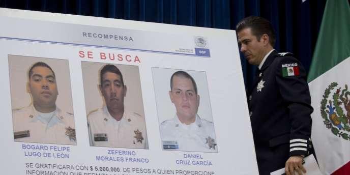 Luis Cardenas Palomino, chef de Division de la Police fédérale présente les portraits des policiers recherchés.