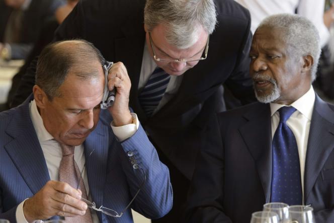 Kofi Annan, représentant spécial de la Ligue arabe et des Nations unies pour la Syrie, à côté du ministre des affaires étrangères russe, Sergei Labrov, à Genève, le 30 juin.