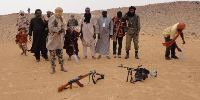 Des membres d'Ansar Eddine, priant dans le désert, en mai.
